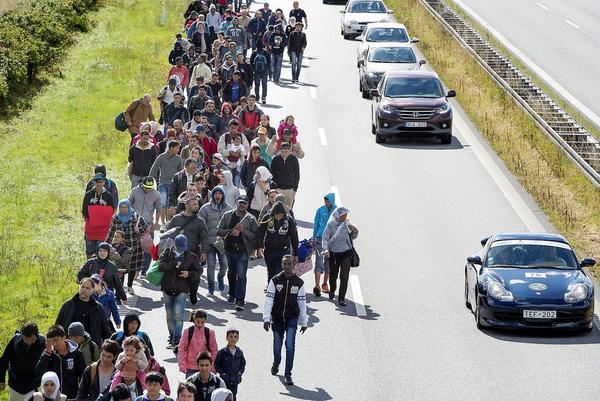 Flygtninge paa motorvej